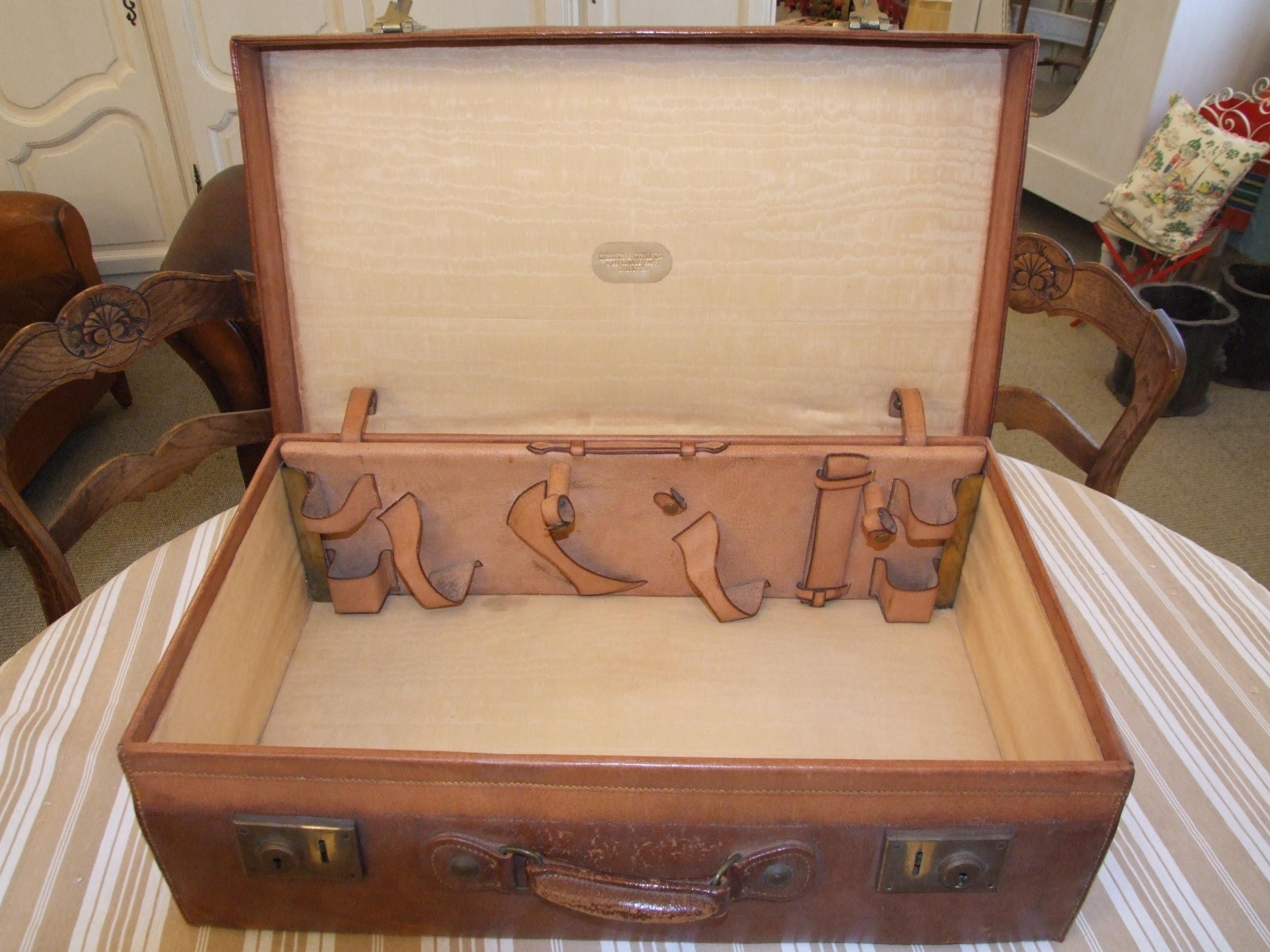 B132 - Vintage Leather Suitcase - La Belle Étoffe