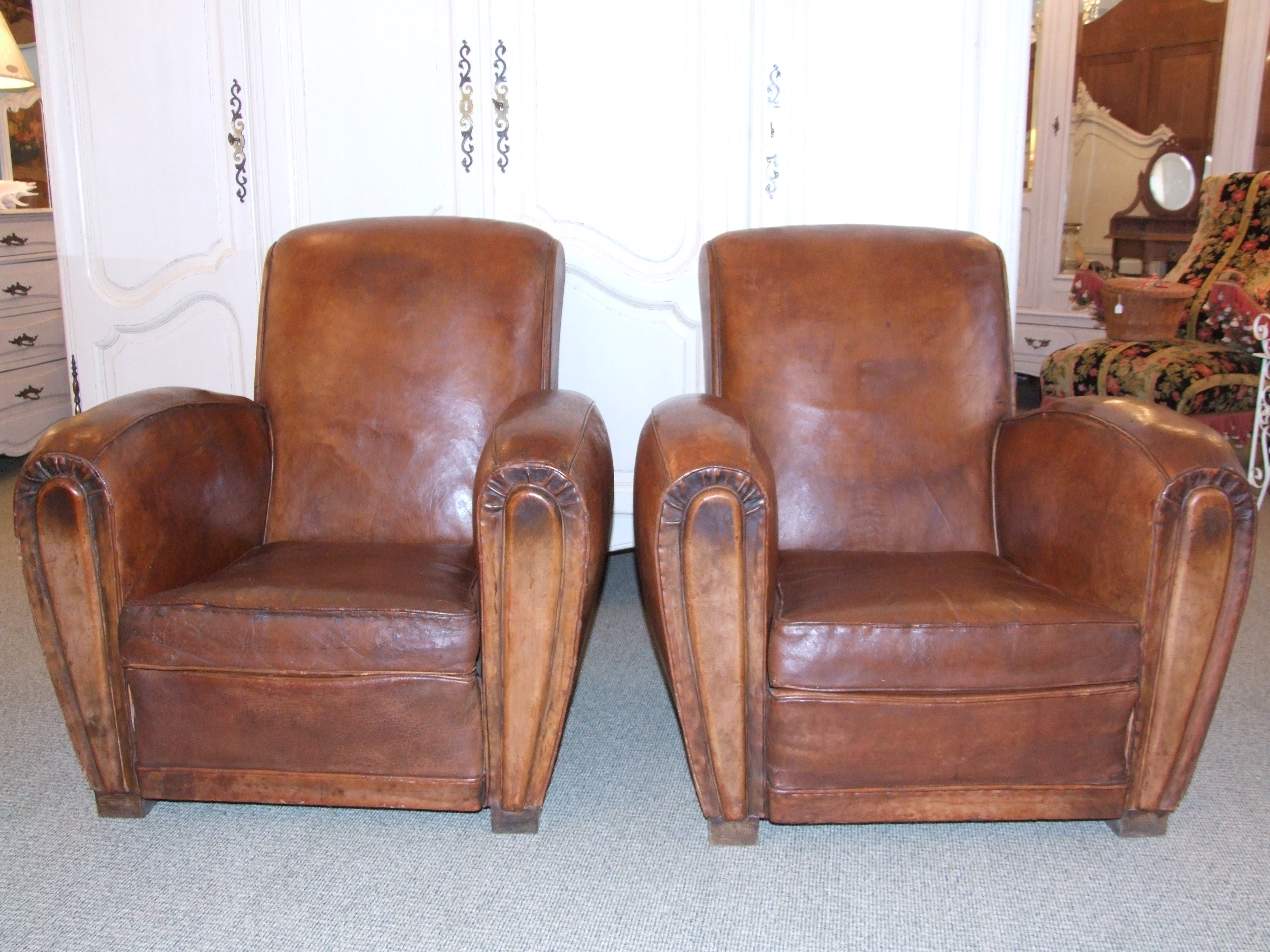 F350 Pair of Vintage French Leather Club Chairs La Belle étoffe