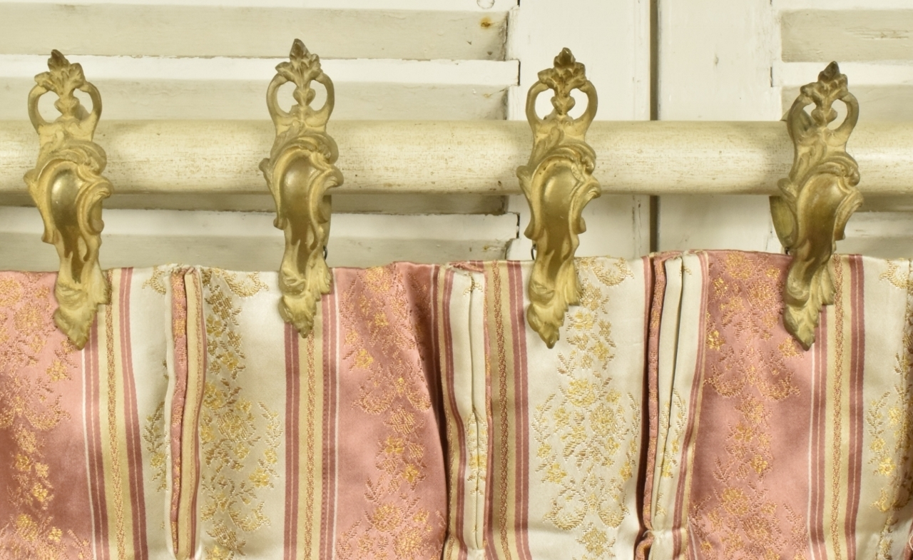 B814 - Fantastic Set 18 Antique French Gilded Acanthus Leaf Chateau Curtain Rings, 19th C