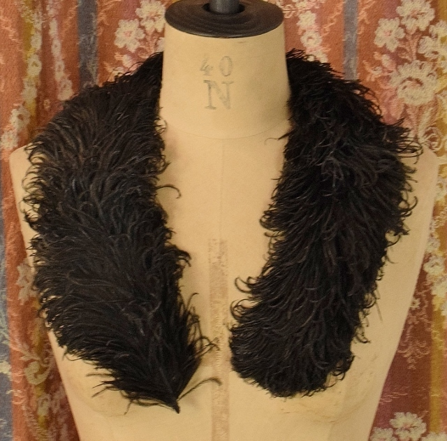 B1253 - Gorgeous Antique French Ostrich Feather Boa Collar, Circa 1900, Tres Chic